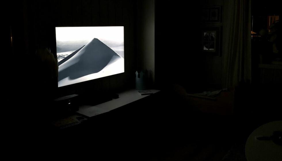 LYSER OPP: I motsetning til de andre bildene, lyser TV-ens kunstmodus opp i den mørke stua. Foto: Bjørn Eirik Loftås