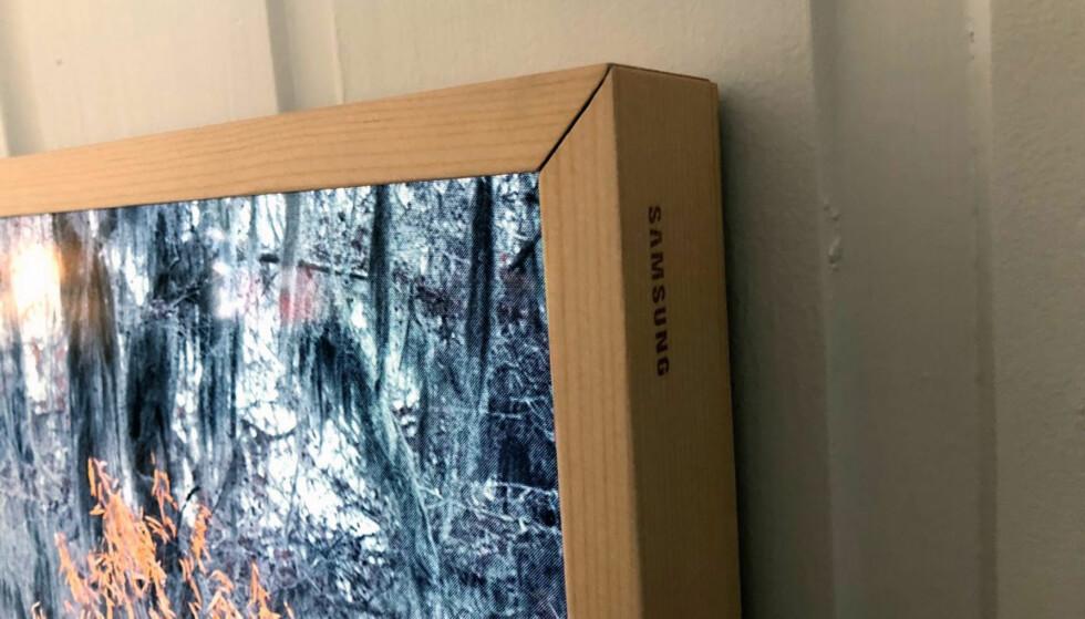 GANSKE TETT: Her er rammen på plass og da ligger skjermen nesten helt inntil veggen. Foto: Bjørn Eirik Loftås
