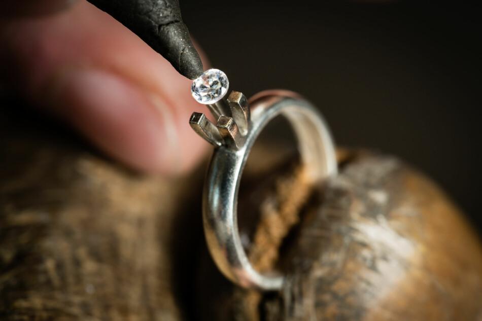 MISTET DIAMANT: Kvinnen vet ikke hvordan diamanten forsvant fra ringen hennes. En gullsmed kunne bare bekrefte at kloen må ha mistet feste. Dette er ikke nok for at forsikringen fra Storebrand dekker tapet, på 30.000 kroner. Illustrasjonsfoto: Shutterstock / NTB Scanpix
