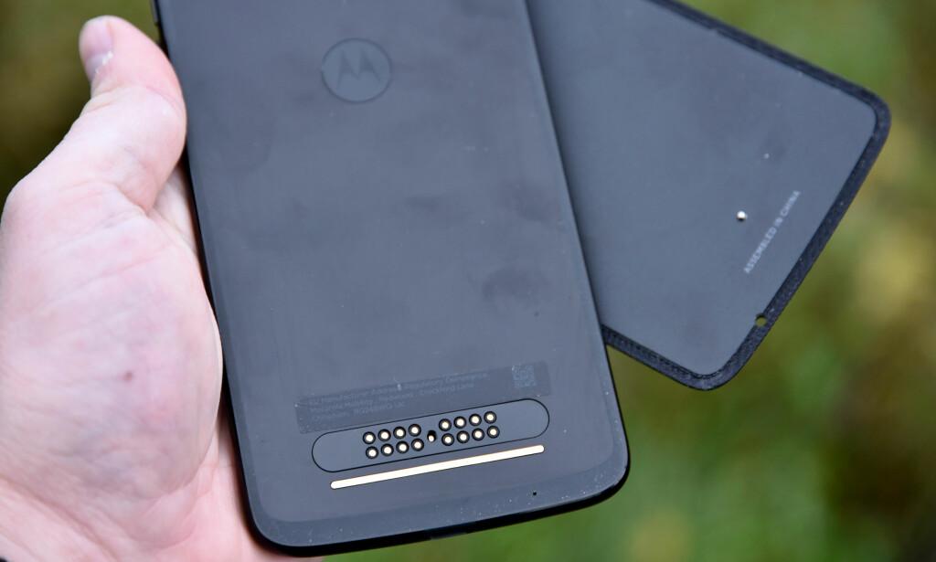 KONTAKTER: Slik ser telefonens bakside ut. Bakdekselet legges på rett plass og holdes fast magnetisk. Foto: Pål Joakim Pollen