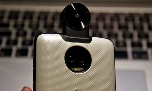 360-graderskamera gjør telefonen lite lommevennlig, men lar deg fange alt rundt deg.