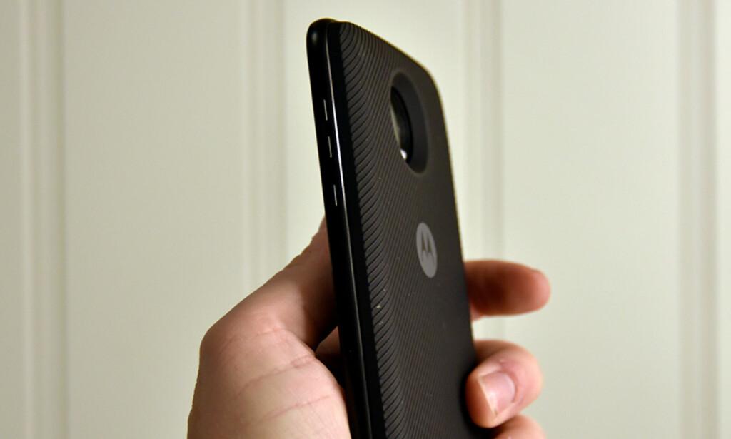 DOBBELT OPP: Dette batteriet gir deg over dobbelt så mye kapasitet, men også en dobbelt så tykk telefon. Foto: Pål Joakim Pollen