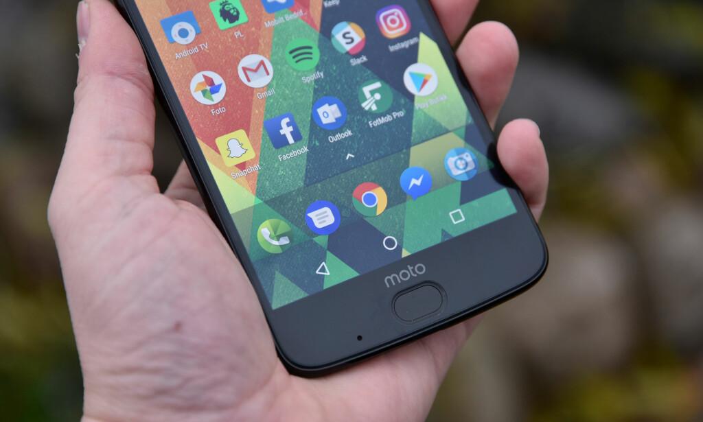 NESTEN SOM GOOGLE: Motorola endrer lite på Googles Android-versjon, og dermed oppleves telefonen som ganske lik en Pixel-telefon i bruk. Foto: Pål Joakim Pollen