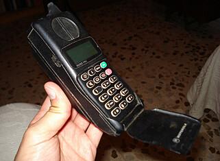 KLASSIKER: Denne Motorola-telefonen var populær i Norge tidlig på 90-tallet. Foto: losmininos /  CC BY-SA