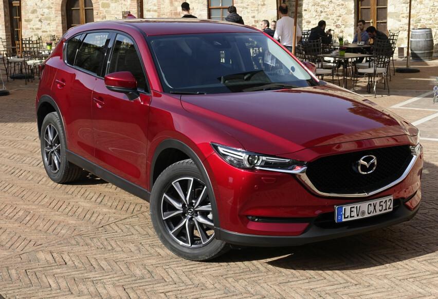 SCORER MED DIESEL: Mazda CX5 er, som Peugeot 5008, Skoda Karoq og Mercedes GLC, blant de få bilene som har suksess med dieselmotor i Norge for tiden - til tross for en stadig skrumpende markedsandel for drivstoffet generelt. Foto: Rune M. Nesheim