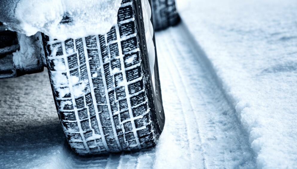 DEKK: Mandag morgen er det snødekte veier som preger trafikkbildet på Østlandet. Det krever riktige dekk. Foto: NTB