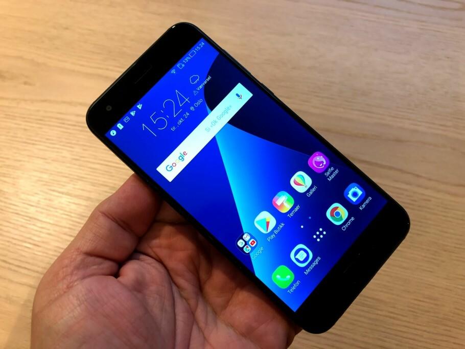 <strong>KLASSISK PLUSS-STØRRELSE:</strong> Asus Zenfone 4 er på størrelse med iPhone 8 Plus, men kjører Android Nougat. Foto: Bjørn Eirik Loftås