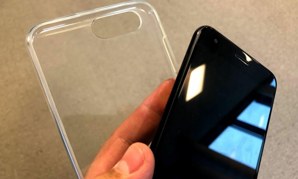 DEKSEL: I esken som kommer med mobilen, ligger det et silikondeksel. Det er bare å træ på med én gang, så slipper du at mobilen glir ut av lomma. Foto: Bjørn Eirik Loftås
