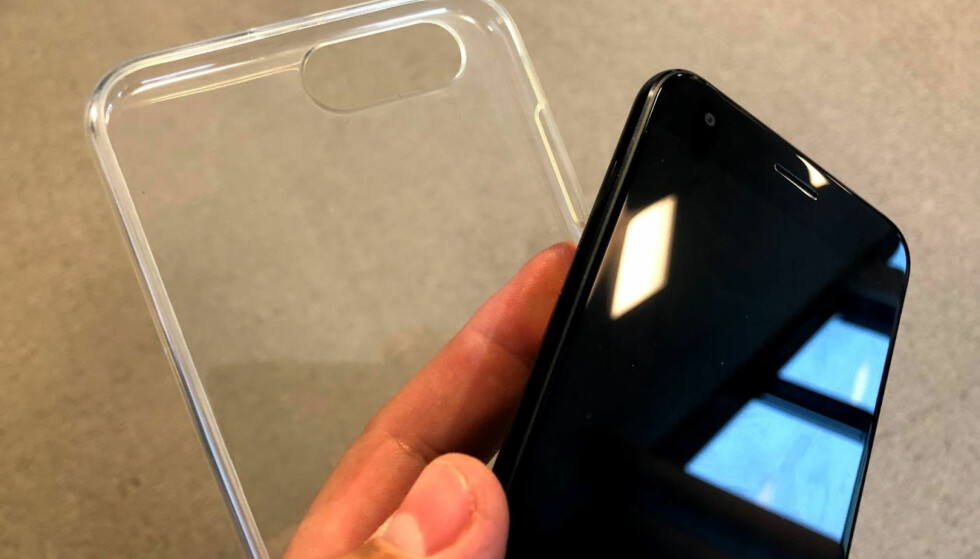 <strong>DEKSEL:</strong> I esken som kommer med mobilen, ligger det et silikondeksel. Det er bare å træ på med én gang, så slipper du at mobilen glir ut av lomma. Foto: Bjørn Eirik Loftås