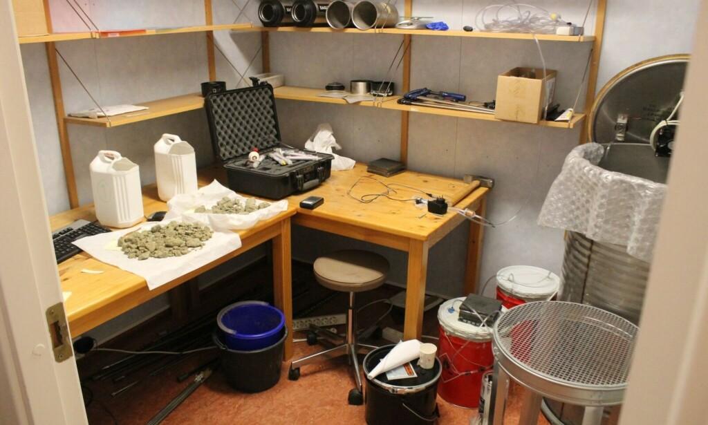 RADONROMMET: I et av rommene på Radonlab tester forskerne stein- og vannprøver. De røde dunkene på gulvet inneholder høye konsentrasjoner av radon, som brukes til å teste de ulike måleinstrumentene. Foto: Eilin Lindvoll.