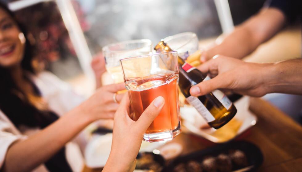 JULEBORD? 20 prosent av de spurte opplever at det har blitt servert mindre alkohol enn før. Foto: Shutterstock/NTB scanpix