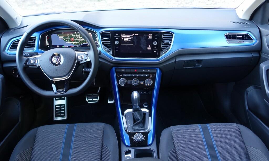 FARGERIKE: VW har, i likhet med mange konkurrenter valgt å tilby spreke fargekombinasjoner både utvendig og innvendig. Og om materialvalgene skuffer, er det lite å si på ergonomien. Foto: Knut Moberg