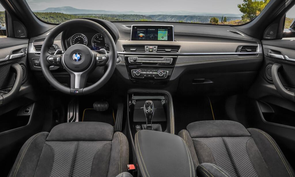MED KONTRASTSØM: Interiøret er mer klassisk BMW, med unntak av noen detaljer, farger, materialer og sømmene som standard. Foto: BMW