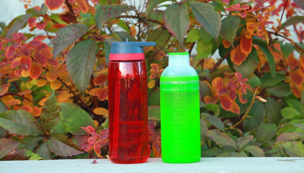 LEKKER MYE: Disse drikkeflaskene, fra McKinley og Sistema, lekker mye i vår test. Foto: Kristin Sørdal