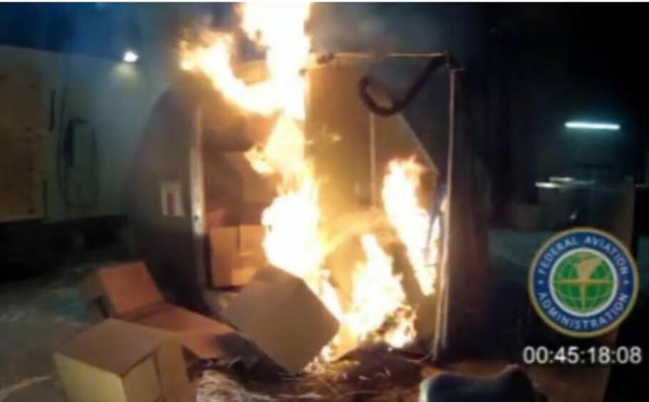 FULL FYR: Amerikanske luftfartsmyndigheter har simulert hva som skjer når et PC-batteri tar fyr i et lasterom. Foto: FAA