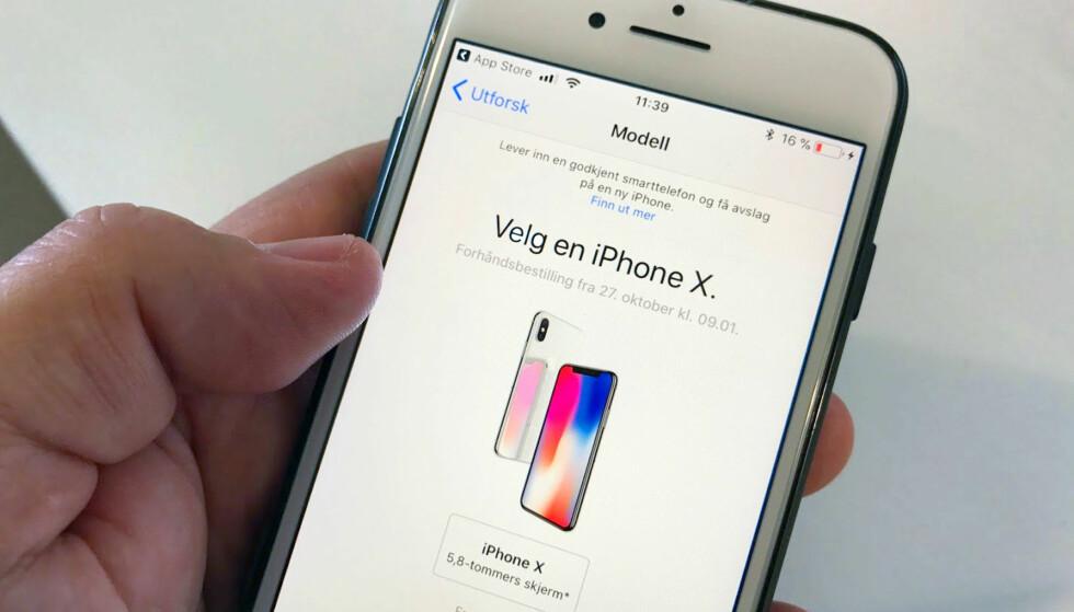 KL 09:01: Fredag kan du sikre deg et eksemplar av det nye Apple-flaggskipet, for eksempel gjennom Apple Store-appen. Foto: Bjørn Eirik Loftås
