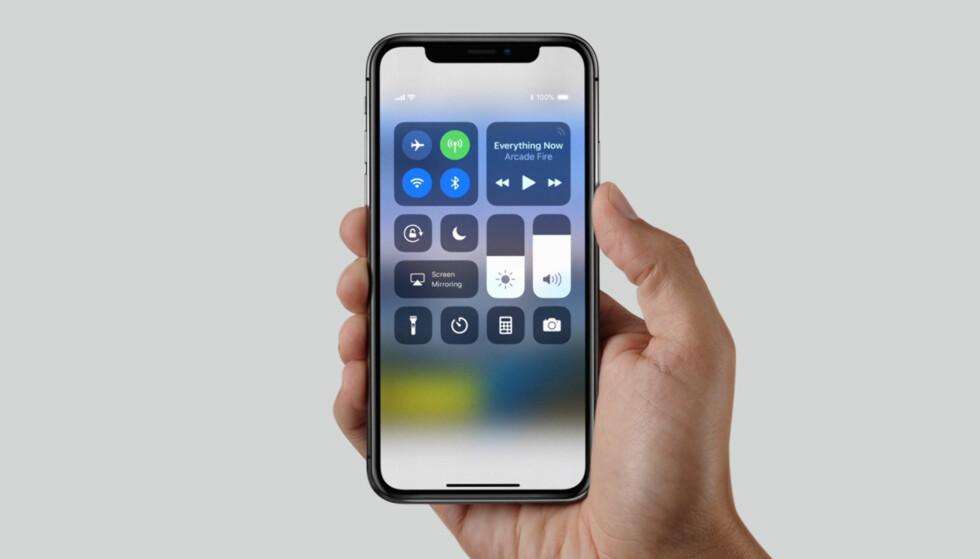 HELDEKKENDE: Skjermen måler 5,8 tommer. Til sammenligning måler skjermen i iPhone 8 Plus 5,5 tommer, til tross for at det er en fysisk mye større mobiltelefon. Foto: Apple