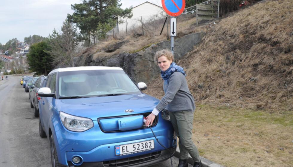 NØDLADING: For to år siden måtte Gro Rebnor lade bilen sin med kabel ut fra vinduet i leilIigheten sin. Heldigvis slipper hun dette i dag. Foto: Tore Neset