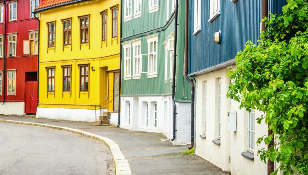 SIDE OM SIDE: Det kan være store prisforskjeller mellom hus i samme gate. Derfor er det viktig å gå grundig til verks når du skal taksere boligen din. Foto: Anna Jedynak/Shutterstock/NTB Scanpix.