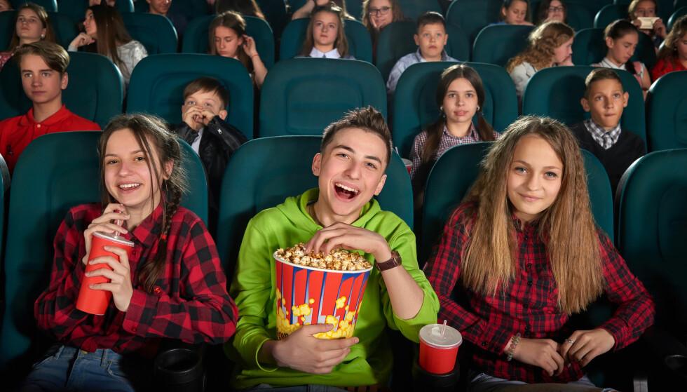 BARN - ELLER VOKSNE? Noen kinoer forlanger voksenpris for barn over 11 år mens andre lar barn være barn inntil de fyller 15 år. Det er store forskjeller på hvor aldersgrensen for barnebillett og voksenbillett går, innenfor veldig mange områder. Foto: Shutterstock/NTB Scanpix