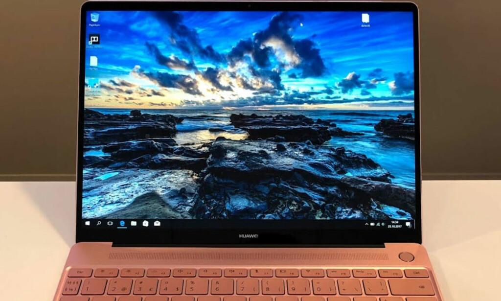 EKSEMPLARISK: Her får du vesentlig mer plass i høyden enn på standard PC-skjermer. Legg også merke til hvor mye plassen er utnyttet i bredden, både på skjerm og tastatur. Foto: Bjørn Eirik Loftås