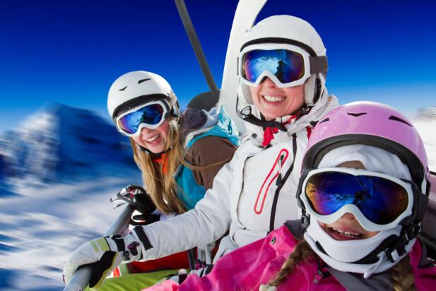 BARN? ELLER VOKSNE? Noen skibakker setter grensen for barnepris i skibakken ved 15 år, mens andre setter den ved 16. Foto: Shutterstock/NTB Scanpix