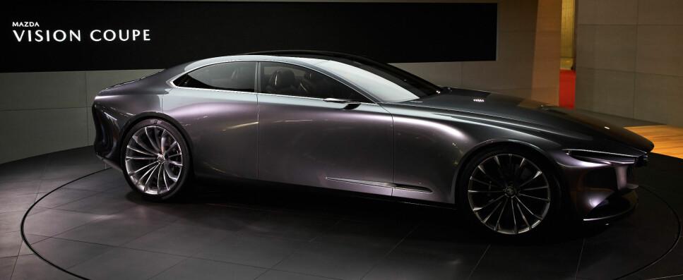 REKKESEKS OG BAKHJULSTREKK: Mens man må langt opp i modellrekkene hos luksusmerkene i dag for å finne sekssylindrede motorer, planlegger Mazda å tilby den nye mellomklassemodellen 6 med nettopp dette. Bildet er av konseptbilen Vision coupe, som vi forventer at nye 6 vil låne mange designelementer fra. Foto: Mazda