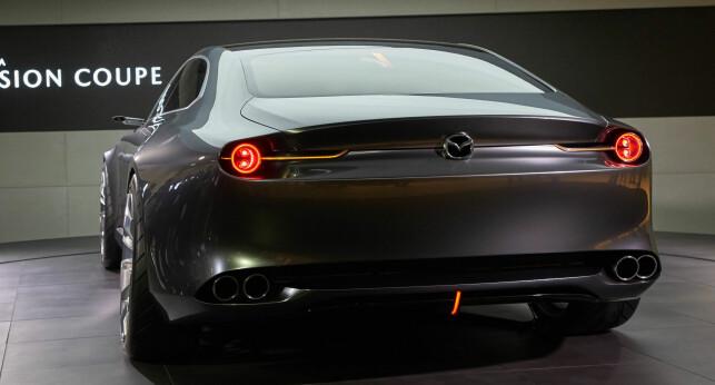 ENKEL MEN VIRKNINGSFULL: Som en av svært få, er det selve linjene og store hjul som skal stå for looken. Lykter, som er et svært viktig, og i enkelte tilfeller en av de bærende elementene i mange bildesign, har fått en mindre plass her. Man er heller ikke veldig mye annen ekstra vieuelle effekter som crome, store luftinntak og pynteelementer. Foto: Mazda