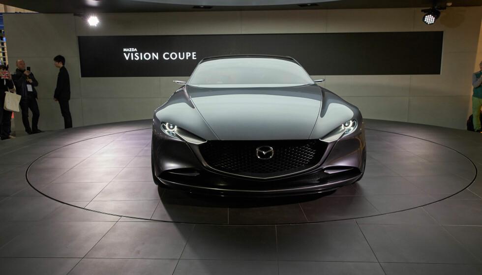 AMBISIØSE JAPANERE: Blant dem som slo på stortromma på årets Tokyo-utstilling, var Mazda - her med designstudien Vision Coupé, som gir hint om etterfølgeren til dagens Mazda 6. Foto: Newspress