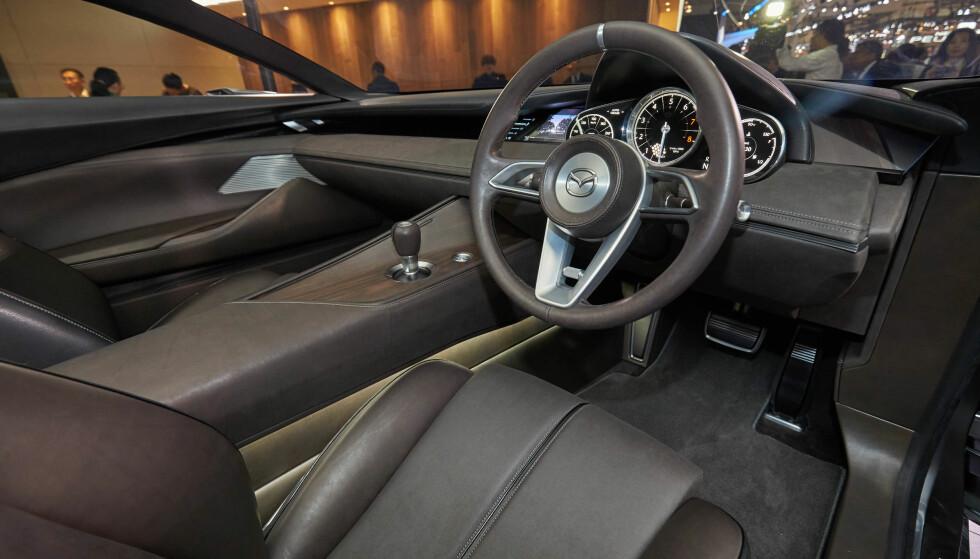 ANALOGT I VISION COUPE: Mazda tviholder på klassisk sportsbildesign i interiøret. Tre runde målere og et kult sportsratt synes å være deres DNA for tiden. Dessverre ser det ut til at man dropper hjulet for betjening av multimediaskjermen som de har nå. Foto: Mazda