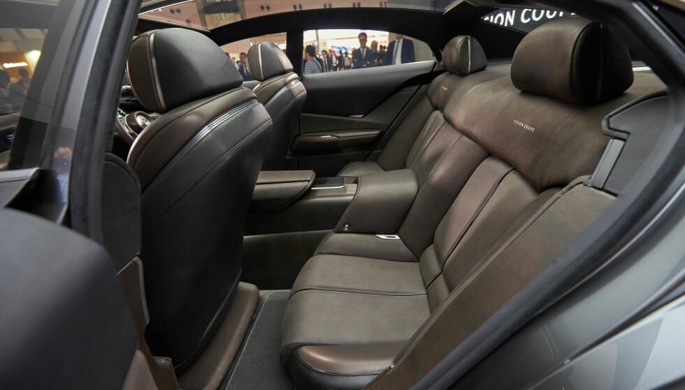 PLASS BAKI: På grunn av en svært tilbaketrukket cockpit, havner setene mellom bakhjulene og gir bare rom for fire seter. Vi renger med at produksjonemodellen får andre løsninger. Foto: Mazda
