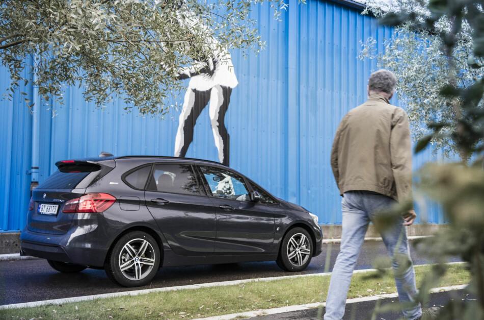 EKSTREM FORVANDLING: Andelen dieselbiler har stupt i Norge siden 2011. I stedet har nordmenn begynt å kjøpe el- og hybridbiler, som BMW 225 eDrive. Foto: Jamieson Pothecary