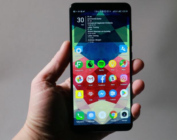TYNNE RAMMER: Huawei kaster seg på trenden med 18:9-format på skjermen og tynne rammer rundt. Skjermen er 6 tommer over diagonalen. Foto: Pål Joakim Pollen