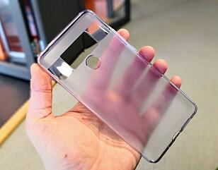 FØLGER MED: Ikke mange produsenter leverer telefonen med deksel i esken, men det gjør Huawei på flere modeller. Foto: Pål Joakim Pollen