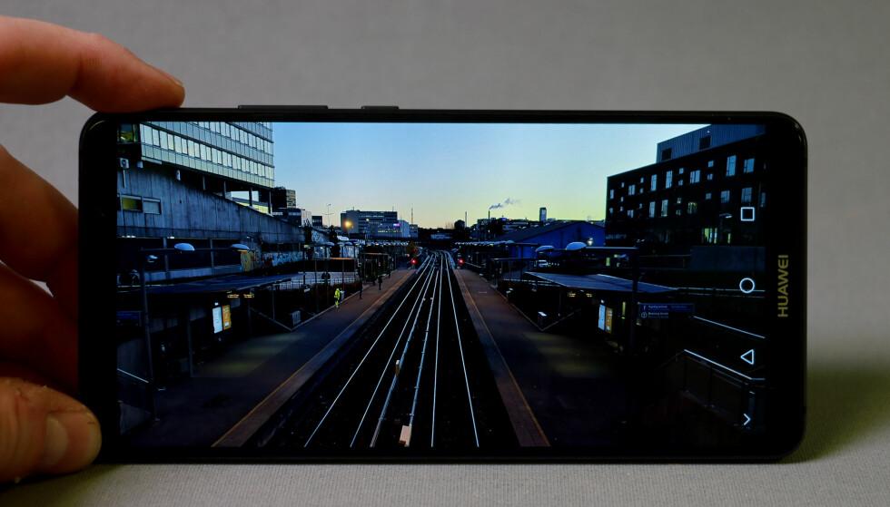 <strong>DYP SORT:</strong> Siden OLED-skjermer kan slukke piksler fremfor å blokkere bakgrunnslys, går sortnivået på Mate 10 Pro helt i kjelleren. Foto: Pål Joakim Pollen
