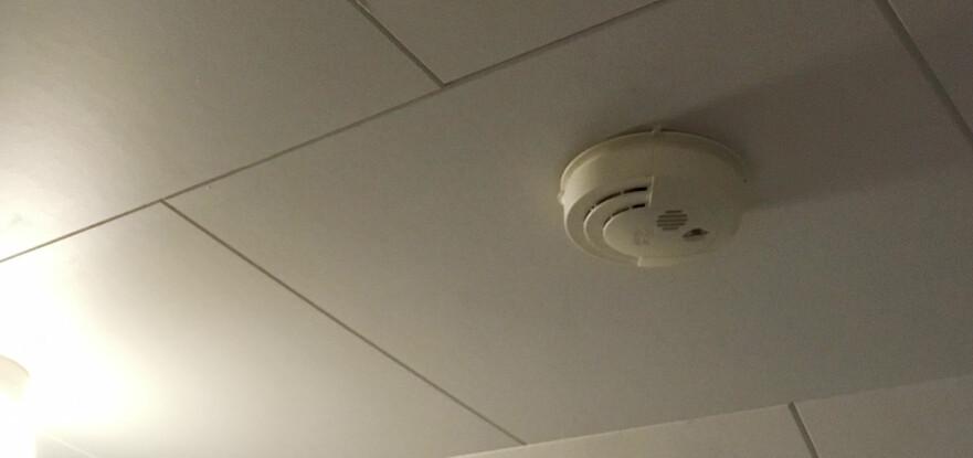 SJEKK RØYKVARSLEREN: Også røykvarsleren bør kontrolleres jevnlig. Skulle det bli brann, er det vesentlig at den varsler deg om brannen. Foto: Berit B. Njarga
