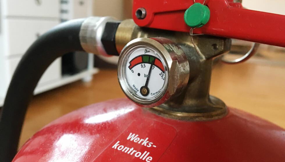SJEKK APPARATET: Og husk at det skal på jevnlig kontroll. Foto: Berit B. Njarga