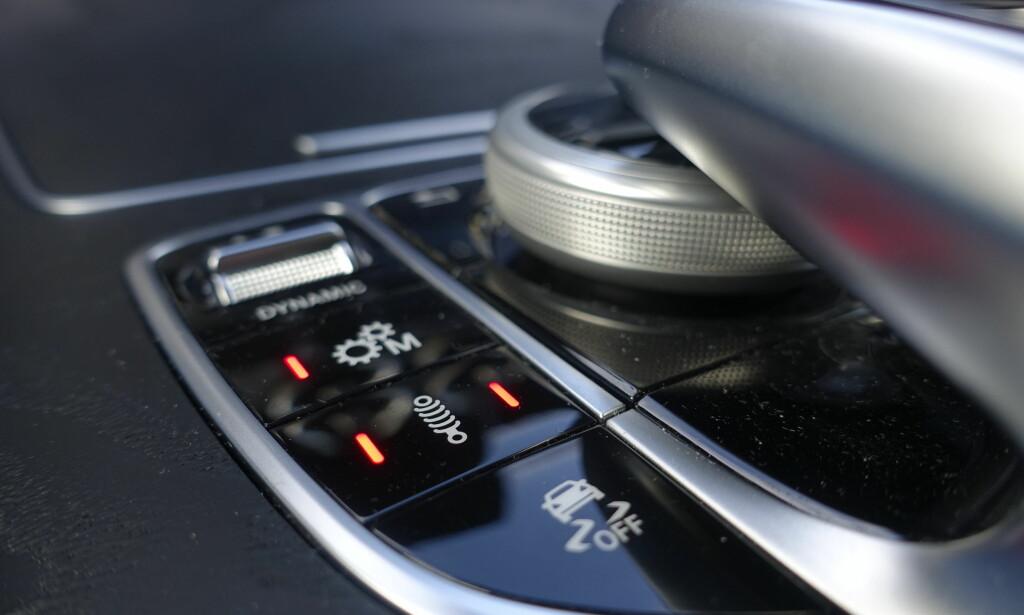 KNAPPER: Hjulet i front har flere forhåndssatte instillinger, men rundt Comand-knappene kan du også selv velge manell eller automatisk giring, støtdemperhardhet i tre trinn, antispinn og sportslyd. Foto: Rune M. Nesheim