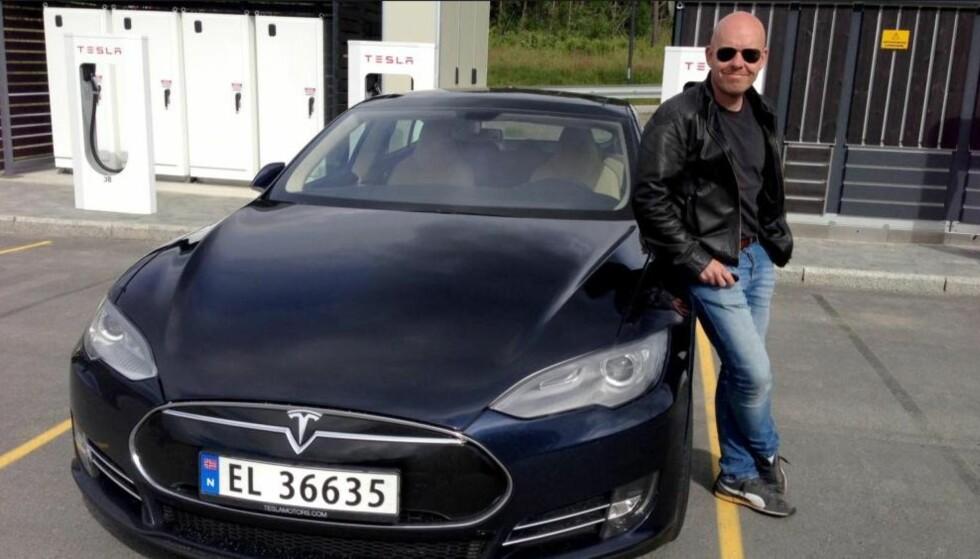 TRYGT OG EFFEKTIVT: Ståle Frydelnlund i Norsk elbilforening mener lhjemmelader er en god investering. Her med offentlige Tesla-ladere. Foto: Privat