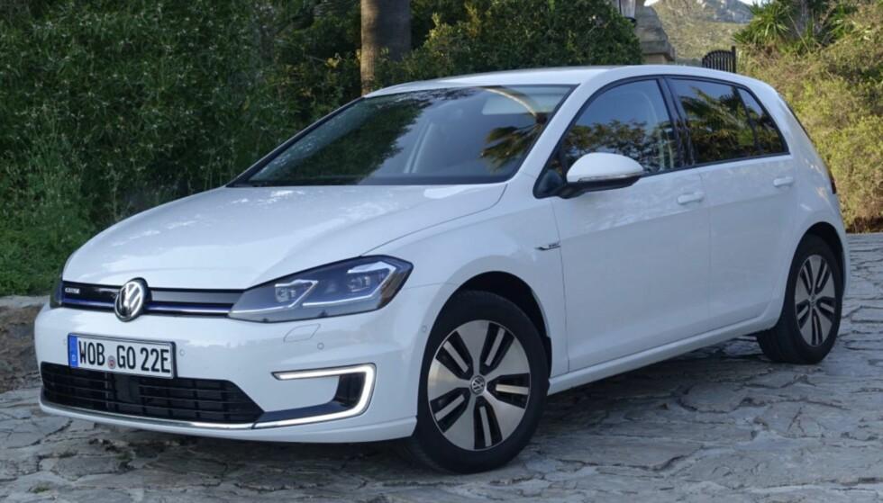 OVER NATTA: Volswagen e-Golf er klar til langtur neste morgen med en vanlig hjemmelader. Foto: VW