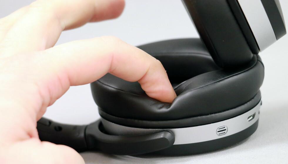 MEMORY FOAM: Øreputene er myke mot ørene, og når du trykker ned fingeren …