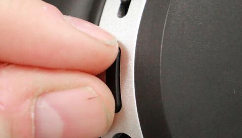 AV OG PÅ: Du må trykke ned både pluss- og minusknappen på volumbryteren for å slå av og på støyreduksjonen. Ikke så veldig elegant i våre øyne. Foto: Pål Joakim Pollen