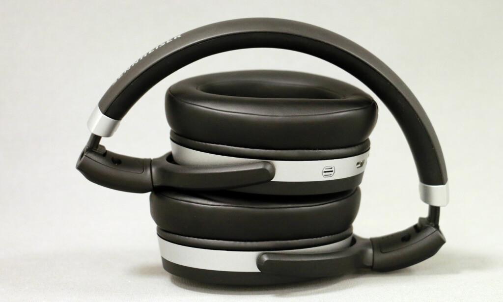 PAKKET SAMMEN: Slik legger du hodetelefonene når de ikke er i bruk. I esken følger det med en helt enkel stoffpose du kan ha dem i for å beskytte dem mot riper og den slags. Foto: Pål Joakim Pollen