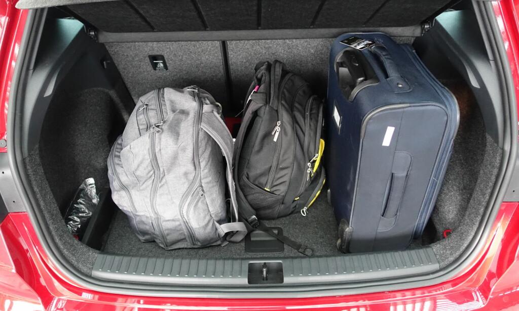 BRA ROM: At kofferten går inn på høykant, er positivt. 400 liter er høyst akseptabelt i forhold til bilens moderate størrelse. Foto: Knut Moberg