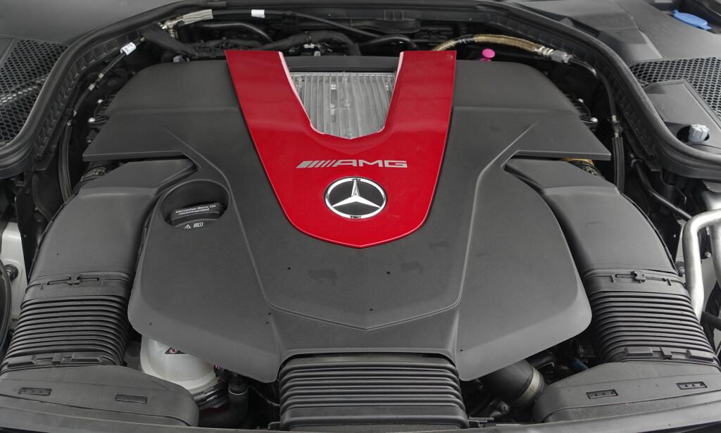 KRAFTPAKKEN: V6-motoen på 3 liter med er trimmet noe i forhold til C400. Kjennere vil legge merke til at man ikke finner noen signatur fra en AMG motorbygger på dekselet. Foto: Rune M. Nesheim