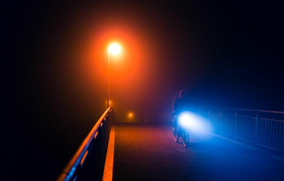 VINNINGEN GÅR OPP I SPINNINGEN: Det er påbudt med lys på sykkelen, da det er viktig å synes i mørket. Men er sykkellysene så sterke at de utgjør en fare for andre syklister og bilister, spørs det om du bidrar til sikker trafikk. Foto: Funny Solution Studio/Shutterstock/NTB scanpix.