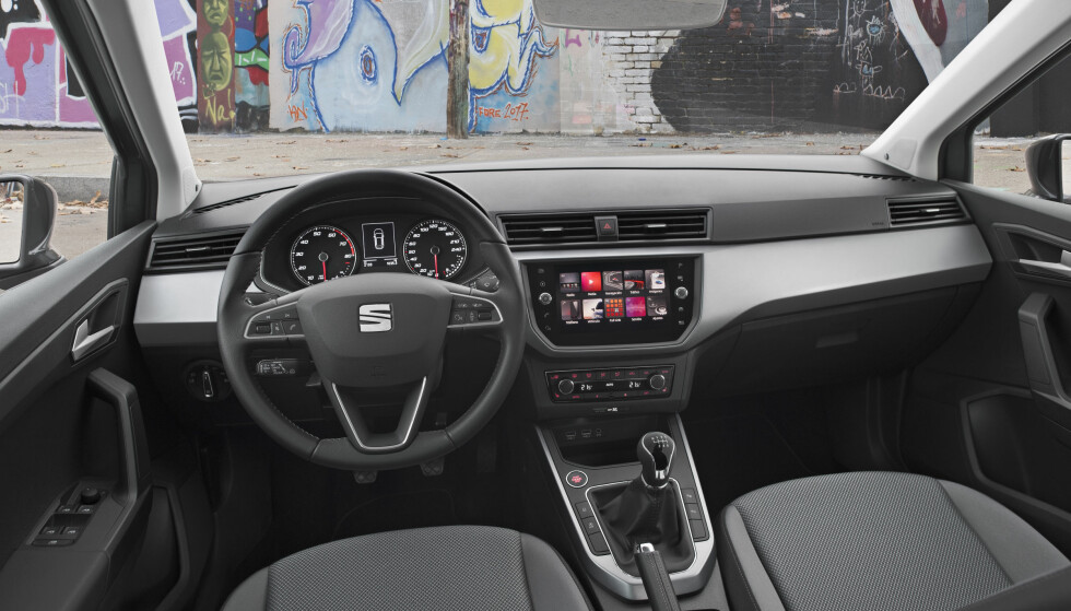 LESBART: Instrumentene er forbilledlig lesbare og førermiljøet generelt oversiktlig. Ulike interiørfarger kan kombineres. Materialkvaliteten oppleves middels. Foto: Seat