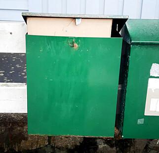 STIKKENDE UT: Denne PostNord-pakka fikk ikke plass i postkassa. Da skal den egentlig henges utenpå i en pose, ifølge PostNord. Foto: Irlin Hornstuen
