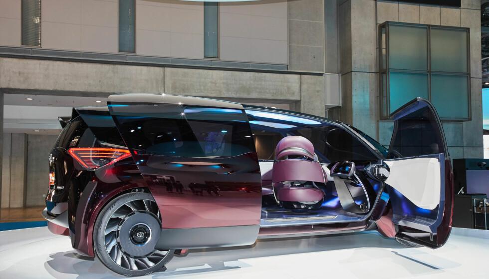 KOMFORT-KONSEPT: Det er temaet komfort som er i fokus når Toyota, her på bilmessen i Tokyo, viser hvordan de ser for seg at de vil viderutvikle sin satsing på hydrogendrevne biler. Det er imidlertid ikke snakk om en 100 prosent selvkjørende bil. Foto: Newspress