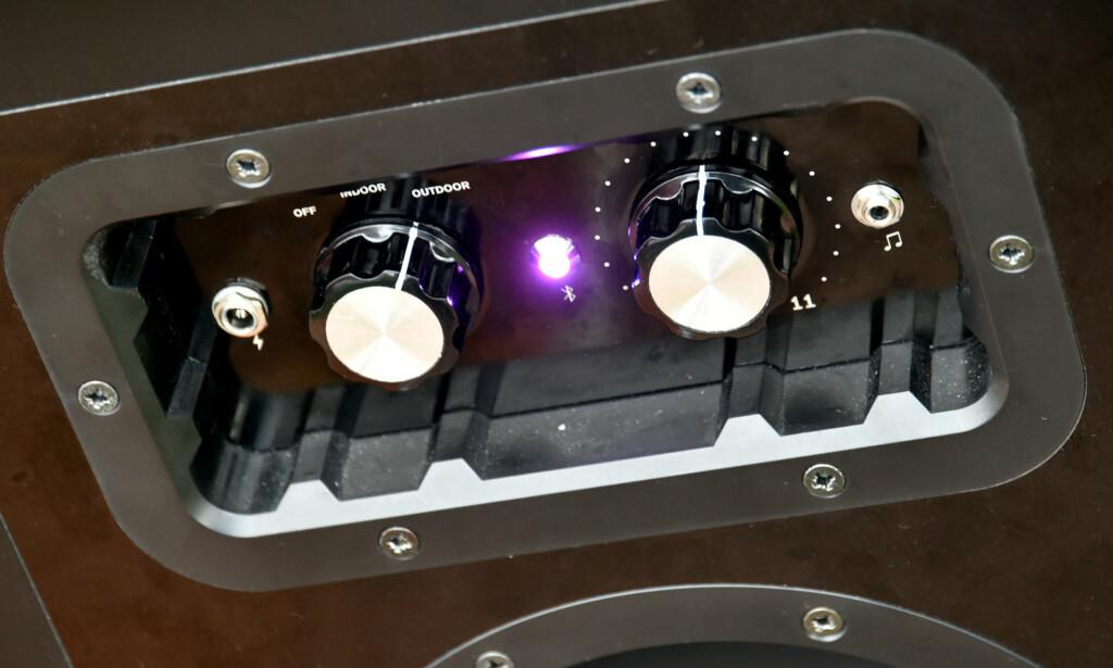 ENKEL BETJENING: Velg mellom indoor og outdoor (i praksis ekstra bass) og vri volumbryteren til ønsket posisjon. På venstre side er strøminntak om du heller vil bruke strømnettet direkte, og til høyre en AUX-inngang om du ikke vil bruke Bluetooth.